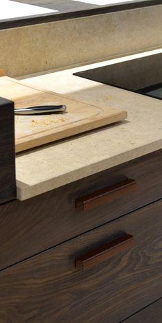 Plan de travail en pierre de Bourgogne Kitchen Sink, Kitchen Decor, Kitchen Design, Kitchenette, Decoration, Rattan, Design Inspiration, Ovens, Stove