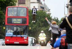 L'illusionniste Dynamo traverse Londres en lévitation pour Pepsi Max | Il Était Une Pub http://iletaitunepub.fr/2013/06/25/lillusionniste-dynamo-traverse-londres-en-levitation-pour-pepsi-max/