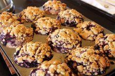 Un muffin aux bleuets complètement renversant Fruit Recipes, Muffin Recipes, Dessert Recipes, Cooking Recipes, Diet Recipes, Desserts With Biscuits, Oatmeal Muffins, Baking Cupcakes, Blue Berry Muffins