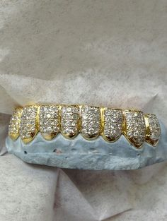 Chief Keef's Diamond x Gold by Johnny Dang Mouth Grills, Grills Teeth, Gold Slugs, Diamond Grillz, Gold Grill, Gold Everything, Gold Teeth, Hip Hop Outfits, Jewelry Branding