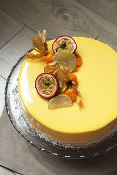 Juicy fruits on top of a rich and sweet cake. Cakes can be beautifully decorated in a number of ways. Use Fruit Decorate is a good idea. Frosting Recipes, Cake Recipes, Mousse Fruit, Easy Cake Decorating, Decorating Ideas, New Cake, Juicy Fruit, Pastry Cake, Sweet Cakes
