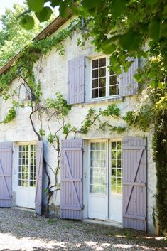 The color enhances both the natural surroundings and the home& French fairy tale aesthetic. The color enhances both the natural surroundings and the homes French fairy tale aesthetic. Country Stil, French Country Cottage, French Countryside, Country Farmhouse Decor, French Country Style, French Country Decorating, French Style House, Cottage Style, Farmhouse Garden