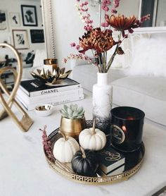 The perfect moody coffee table styling for and on into November! by Anum Tariq The post The perfect moody coffee table styling for and on into November! appeared first on Dekoration. Coffee Table Styling, Decorating Coffee Tables, Centerpieces For Coffee Table, Coffee Table Arrangements, Tray Styling, Easy Home Decor, Cheap Home Decor, Diy Home, Home Decor Accessories