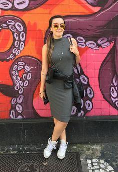 Look do dia com vestido de malha, de pegada minimalista, tênis (ou 'sneakers'), jaqueta de couro amarrada na cintura e bolsa cantil. Óculos espelhado de aros redondos @soulbenita