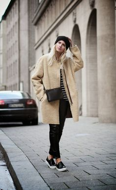 Trending Casual Outfits For Inspiration On Winter 74 Estilo Kardashian, Streetwear, How To Wear Sneakers, Mode Shoes, White Slip, Black White, Winter Looks, Mode Style, Style Blog