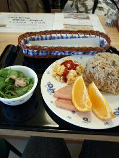 今日のお昼ご飯は炊き込みご飯セット食べていますなう。