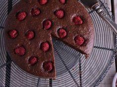 Receta | Bizcocho esponjoso de chocolate y frambuesas - canalcocina.es