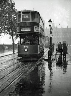Commuters wait for a tram at Embankment, London, during a shower of rain. 1931 Black and White London City, London Bus, London Bridge, London History, British History, Vintage London, Old London, Putney Bridge, Westminster Bridge