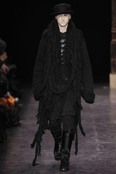 See all the Collection photos from Ann Demeulemeester Autumn/Winter 2009 Menswear now on British Vogue Knit Fashion, Runway Fashion, Fashion Show, Fashion Men, Hippie Goth, Dark Mori, Mori Fashion, Alternative Fashion, Alternative Men