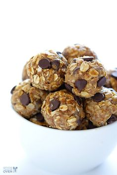 This simple and healthy little no bake energy bites recipe is perfect for a delicious snack, breakfast, or even dessert! These delicious little no bake energy bites are the perfect healthy snack! No Bake Energy Bites, Oatmeal Energy Bites, Healthy Summer Snacks, Healthy Treats, Healthy Kids, Quick Snacks, Camp Snacks, Summer Desserts, Energy Bites