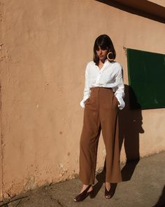 Great way to wear the high waist paint - chic and effortless with the white blouse!