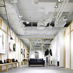 Dans la quartier de Vasatan, dans le centre de Stockholm, le studio de design de Christian Hallerod (CHD) en collaboration avec Johan Lytz a transformé une ancienne fabrique en boutique de mode pour la marque Hope. Ce flagship store croise les influences, minimal, industriel et parsemé de touches scandinaves.
