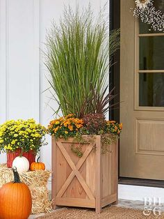 Farmhouse Style Planter Box is part of Porch planters - Deck out your front porch this fall with a farmhouseinspired planter box that will be sure to make your neighbors jealous! Outdoor Planter Boxes, Wooden Garden Planters, Cedar Planters, Diy Planter Box, Diy Planters, Planter Ideas, Mums In Planters, Fall Planters, Flower Planters