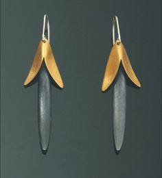 Oryginalne kolczyki wykonane ze srebra próby 925, oksydowane i pozłacane galwanicznie. Będą piękną ozdobą każdej kobiety. Kolczyki idealnie pasują do codziennych stylizacji jak i na wieczorowe wyjścia. Niebanalny prezent na każdą okazję