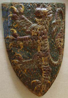 Schild von Landgraf Heinrich I. von Hessen (1292-1308). In Blau ein siebenmal rot-silbern geteilter golden gekrönter, aufrecht stehender Löwe (Museum für Kulturgeschichte im Landgrafenschloß Marburg).