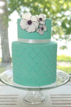I love the bottom design of the cake here. Picture in light mint. Wedding Cake #weddingcakes