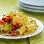 Se cerchi la ricetta di una pasta con verdure dal sapore gradevole ma deciso, prova le mezze maniche con crumble di porri e peperoni di Sale&Pepe.