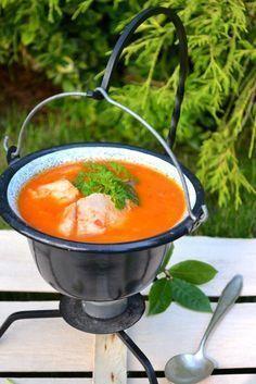 Halászlé. Węgierska zupa rybna.Wspólne gotowanie z Formułą - Węgry Souped Up, Fish Soup, Special Recipes, Wok, Finger Foods, Soup Recipes, Food And Drink, Meals, Dinners