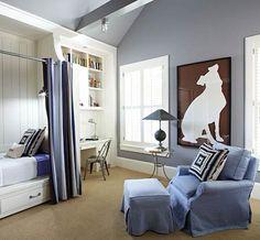 Tyylikäs siniruskea huone, jossa iso siluettikuva tuo sopivaa ryhtiä ja jännittävyyttä.