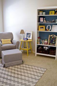 Inspiração de decoração em cinza e amarelo para quartos neutros. Você pode usar a Estante Universal da Puppi Móbile com papel aplicado no fundo para o mesmo efeito. O toque de amarelo pode ser invertido usando as mesas da Puppi móbile com um abajur ou outro item de cor sobre ela.