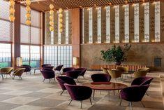 Hotel luxuoso em Tóquio combina madeira, luminárias pendentes e papeis de parede .