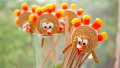 Running Turkey Pops! An adorable Thanksgiving food craft to make with the kids.