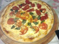 Receita de Pizza Eliane - pizza ( 2 formas). Espalhe o molho, coloque o queijo, faça uma pizza com os tomates frescos e a outra com os tomates secos. Coloque orégano,...