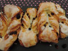 Deze variant van het koffiebroodje met amandelspijs en rozijnen is een heuse traktatie. In Frankrijk zie je deze meestal in een croissant model maar deze hebben de vorm van de klassieke Hollandse koffiebroodjes. Ze zijn gemaakt van een croissantdeeg en gevuld met een mengsel van banketbakkersroom, amandelspijs en rozijnen