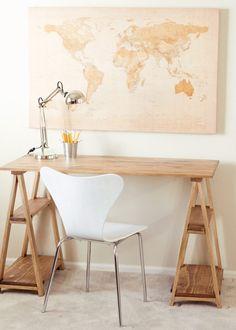 Dieser Schreibtisch sieht originelle aus und besitzt Ablageflächen
