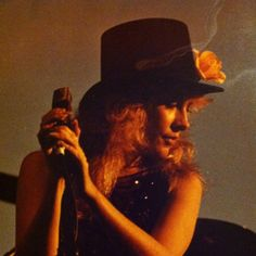 beautiful Stevie onstage wearing a top hat decorated with a large flower   ☆♥❤♥☆