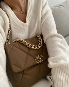 The Best Colors That Go With Brown for an Ultra-Chic Look Chanel 19, Chanel Boy Bag, Coco Chanel, Chanel Bags, Luxury Bags, Luxury Handbags, Cheap Handbags, Fashion Bags, Fashion Women