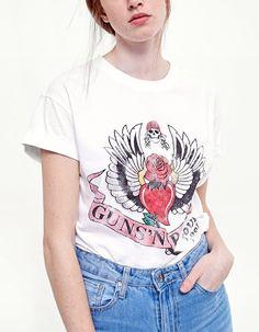 Bei Stradivarius findest du 1 Kurzarm-Shirt Guns N' Roses für nur 17.95 Deutschland . Schau jetzt rein und entdecke es zusammen mit mehr T-shirts.