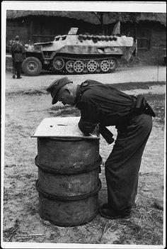 """Le """"SS-Obersturmbannführer"""" Paul Kümmel, Kommandeur I.Abteilung / SS-Panzer-Regiment 5 """"Wiking"""" consulte une carte"""