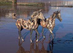 hermosas esculturas de caballos con ramas y palos