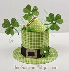 Keep the leprechauns at bay with a little candy in a cute paper hat. Great decoration for your St Patrick's Day table! Patrick's day decor ideas ideas for St Patrick's day Chapeau Saint Patrick, Fete Saint Patrick, Sant Patrick, Holiday Crafts, Fun Crafts, Diy And Crafts, Paper Crafts, St. Patrick's Day Diy, Party Favors