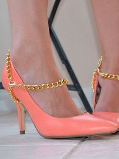 DIY Heel Harness inspired by Sass & Bide. What a great way to enhance plain pumps. Shoe Makeover, Shoe Refashion, Mode Rose, Flipflops, Do It Yourself Fashion, Old Shoes, Shoe Clips, Diy Clothing, Mode Inspiration