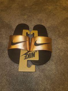 WOMEN Nike Kawa Logo Slides Sandals Slipper Black Metallic Bronze size 7. Nike Flip Flops, Nike Slippers, Women Nike, Women's Shoes Sandals, Boy Outfits, Metallic, Bronze, Logo, Accessories
