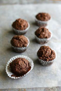Just 6 ingredients needed to make these paleo and vegan chocolate mini muffins! #glutenfree #vegan #paleo