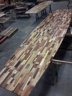6 meter lange boardroomtafel  voor Engie ( voorheen  Cofely ) Rik Ruigrok heeft er even voor moeten zoeken , maar ze wilden een bonte tafel , en die hebben ze ook gekregen . van oude kozijnen , een oud scheepsdek , afgedankte trappen , geërfde meubelen , en een sportschoolvloer , in elk geval 39 houtsoorten door het Loosbroekse Herso verwerkt .....