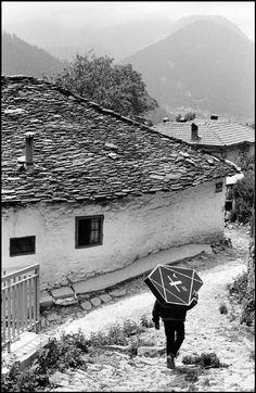 by Ferdinando Scianna Carrying a coffin. Metsovo, Greece, 1984.