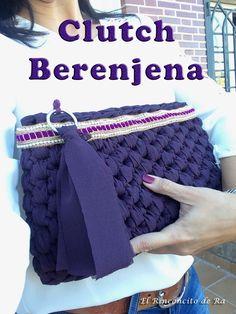 ¿Os gusta? A mi me tiene loca este bolsito de mano....   No pesa nada, me encanta el color, y se puede utilizar tanto para ir de sport, ... Crochet Clutch Bags, Crochet Handbags, Crochet Purses, Crochet Bags, Filet Crochet, Diy Crochet, T Shirt Yarn, Crochet Fashion, Handmade Bags