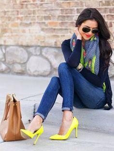 Acheter la tenue sur Lookastic: https://lookastic.fr/mode-femme/tenues/cardigan-jean-skinny-escarpins-sac-fourre-tout-echarpe-lunettes-de-soleil-montre/13212   — Lunettes de soleil brunes foncées  — Montre dorée  — Cardigan bleu marine  — Écharpe géométrique multicolore  — Jean skinny bleu  — Sac fourre-tout en cuir brun clair  — Escarpins en cuir jaunes