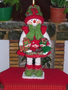 muñecos navideños pinterest - Buscar con Google Felt Christmas Decorations, Holiday Centerpieces, Christmas Fabric, Handmade Decorations, Christmas Snowman, Handmade Christmas, Christmas Stockings, Christmas Wreaths, Christmas Crafts