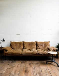 Well lived in Sofa Chair, Sofa Furniture, Modern Furniture, Bungalow, Bohemian Living Rooms, Interior Decorating, Interior Design, House Rooms, Leather Sofa