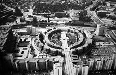 BERLIN - Kreuzberg 1975, Mehringplatz, Luftaufnahme. Ehemals der wunderschöne Belle-Alliance-Platz. Was für ein Unterschied!