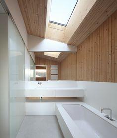 Salle de bains en bois et blanc de style ultra moderne