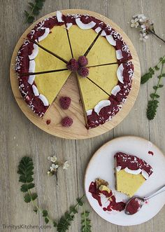 Raw mango cheesecake with raspberry chia sauce #vegan #glutenfree #healthy