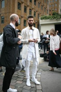 Tenue: Pardessus beige,  blanc, T-shirt à col rond imprimé blanc, Pantalon chino blanc