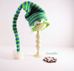 Crochet Elf Hats for the Entire Family - Free Pattern and Video - Christmas Crochet Crochet Crafts, Yarn Crafts, Crochet Projects, Free Crochet, Knit Crochet, Ravelry Crochet, Ravelry Free, Crochet Crown, Mandala Crochet