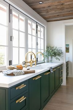 Green kitchen with Brass Hardware Home Decor Kitchen, Kitchen Interior, New Kitchen, Home Kitchens, Kitchen Ideas New House, Kitchen Decorations, Smart Kitchen, Decorating Kitchen, Kitchen Trends